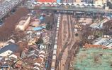 在華東都市圈第二大城市南京,竟然大馬路上跑著火車,你能想到嗎