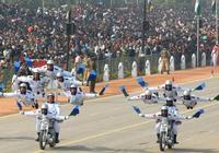 印度的大閱兵精彩不斷,摩托飛人表演依舊,還有一個新看頭