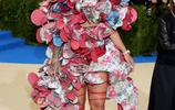 """蕾哈娜的禮服總是讓人那麼的""""驚喜""""!10個蕾哈娜紅地毯時刻"""