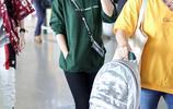 吳京賢妻謝楠穿衛衣戴棒球帽現身機場,雙手插兜時尚有範