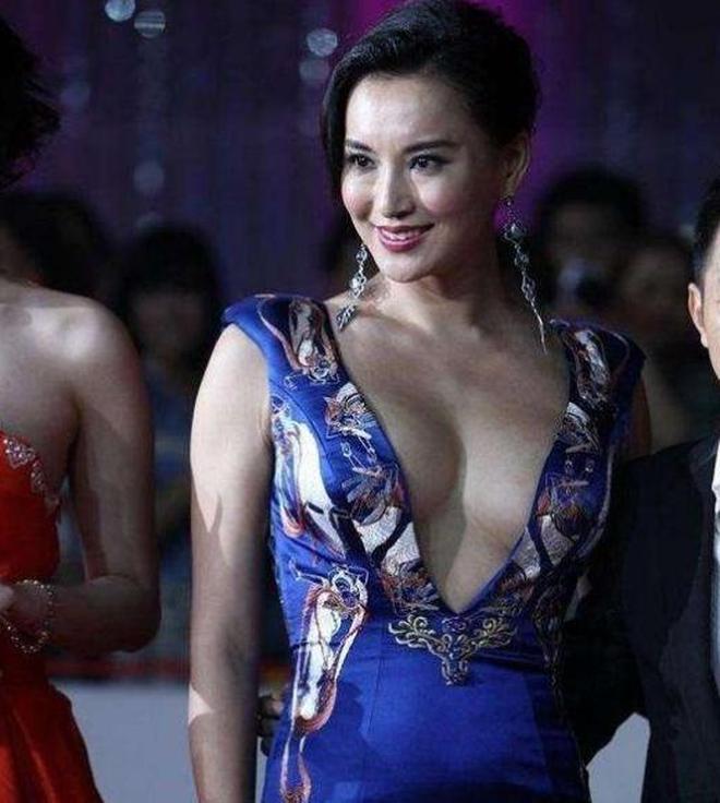 36歲莫小棋出席活動,衣服氣場太強,網友:難怪黃海波不敢要你!