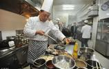 廚師炒菜為什麼只用勺子,不用鏟子?酒店大廚說出廚房祕密