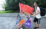 25歲小夥帶著狗徒步3600公里去華山,自稱多才多藝就差一個女朋友