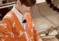 王源回家錄節目,媽媽穿著樸素低調出鏡,有誰注意媽媽的頭髮?