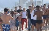 賈斯汀·比伯巴西海邊嗨玩獲粉絲圍繞 主動脫衣秀花臂邊走邊揮手