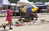 82歲農村老年夫妻趕集靠賣手藝賺錢養老,說起心酸往事老人落淚
