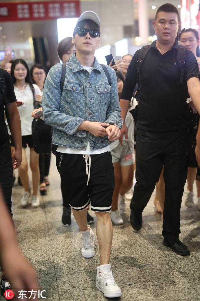 快看,李易峰小朋友揹著書包要去上學啦!