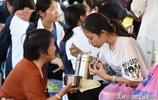 高考臨近,亞洲最大的高考工廠考生為節省時間,在校門口站著吃飯