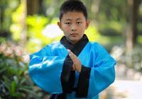 少年生來與眾不同,很小就對佛經特別著迷,年紀輕輕就已深悟佛法