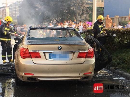 四川遂寧一寶馬7系轎車街頭自燃 未造成人員傷亡