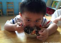 5歲孩子在幼兒園總吃不飽,孩子媽媽發了幾張照片,老師瞪大眼睛