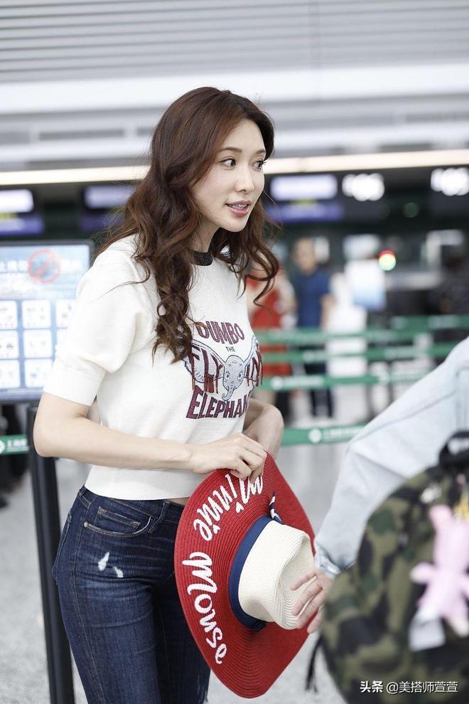 45歲林志玲穿白T破洞牛仔褲清純減齡,對鏡頭可愛比V超親和