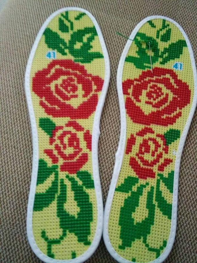 農村媳婦給老公繡的鞋墊還可以吧!