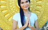 泰國和尚為了賺錢養家,還俗成為一名女模特,成名後日賺鬥金