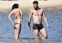 秀完美身材!吉魯和妻子前往地中海度假
