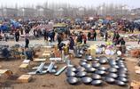 實拍農村年貨大集,鍋碗瓢盆擺滿一地,很多城裡人開車下鄉趕大集