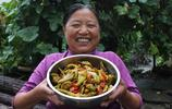 駝背農婦賣酸菜每天銷售一空,培養出3個大學生,鄰居都跟著她學