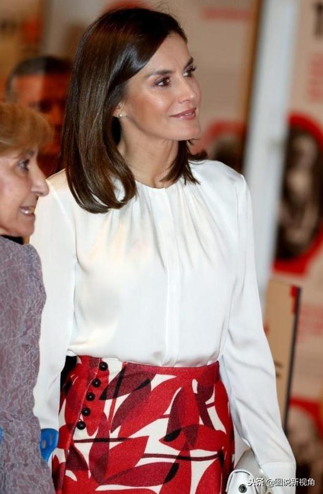 西班牙王后衣品真好!百搭白上衣搭配豔麗裙子,時尚又迷人