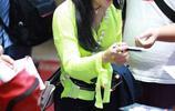 袁婭維機場穿熒光色上衣時髦惹眼,扎高馬尾架黑超走姿不拘小節