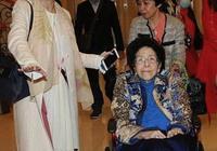 何鴻燊家族最年長成員何婉鴻99歲依舊硬朗,與汪明荃合照格外搶鏡