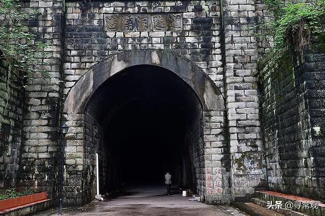 重慶這條廢棄的隧道,像不像《千與千尋》中那條神隱隧道?