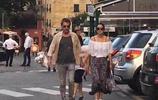 鞏俐和男友牽手現身街頭,新歡已經70歲,但是看起來很般配啊!