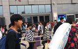國慶小長假,鄭州各大車站人滿為患,小夥說:回家堪比取經