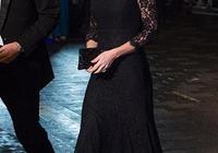 """英女王穿罕見""""黑白""""色服裝,完全不失時尚感,真有視覺衝擊力!"""