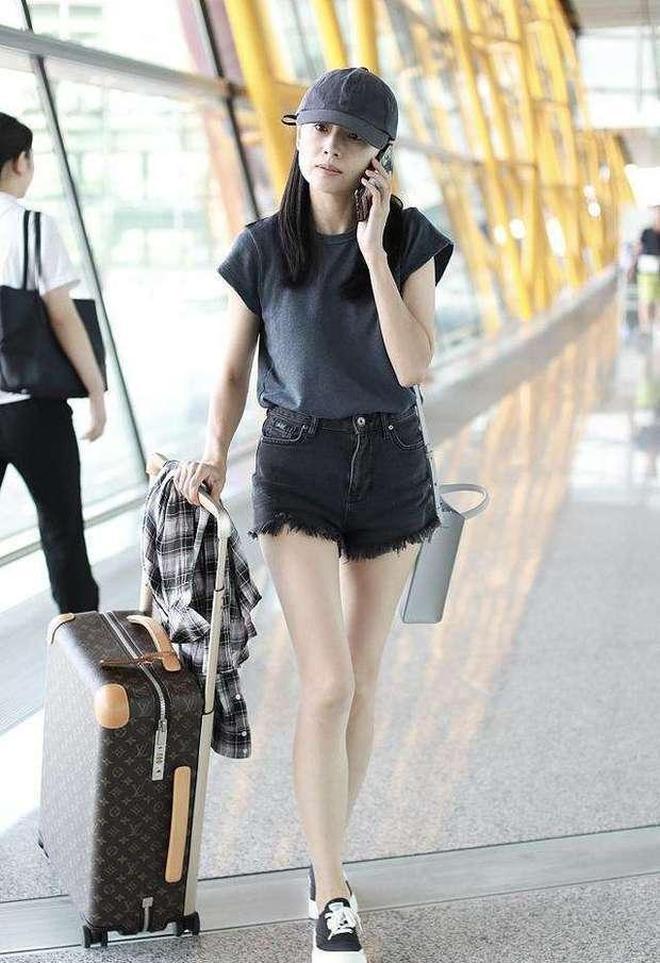 董潔老了素顏也好看,就是穿闊腿褲顯腿短,不如穿條短褲算了!