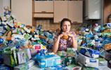 為了讓人們吃驚,英國美女故意很多年不扔垃圾,把家裡變成垃圾堆