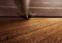 農村邪門旋風,老農民用抓鉤打旋風,竟然從風裡滴下血來!