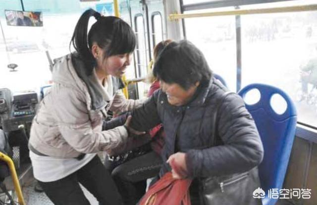 """地鐵和公交上總有那麼一些""""說謊""""的人告訴別人""""我到了,你坐吧"""",其實他們還沒到,你遇到過嗎?"""
