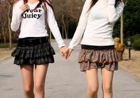 林中漫步兩姐妹