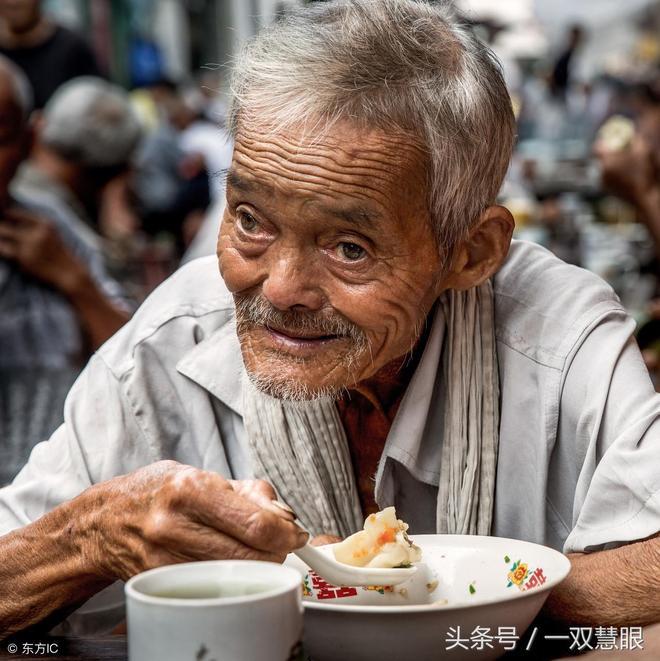 浙江金華老人因為長得像馬雲,成了網紅,現在成了茶館僱傭的模特