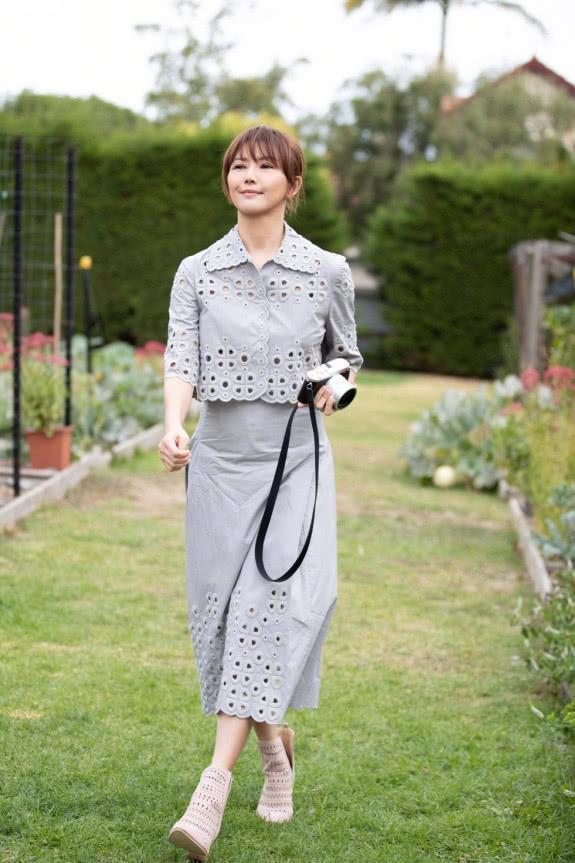 童年女神孫燕姿現狀:穿灰色裙,笑起來時,美得像童話中的公主!