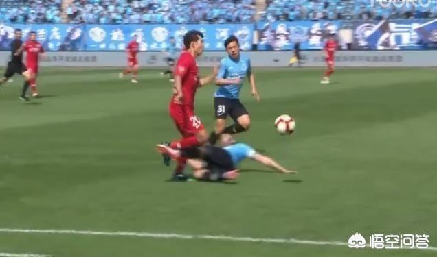 大連對陣上港,一方球員倒地爆踹楊士元要害,致其痛苦倒地,朱曉剛會被追加處罰嗎?