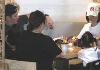 霍建華一家父親節團聚,打卡網紅店,林心如小動作表現她多愛女兒