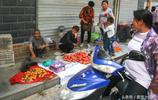 73歲老人農村大集上賣自家產的山貨,1塊錢一斤,日賣300元