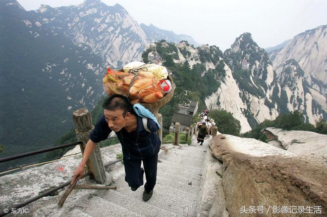 心酸,農村挑山工10張圖,他把一家的重擔挑起,一天能掙近150元