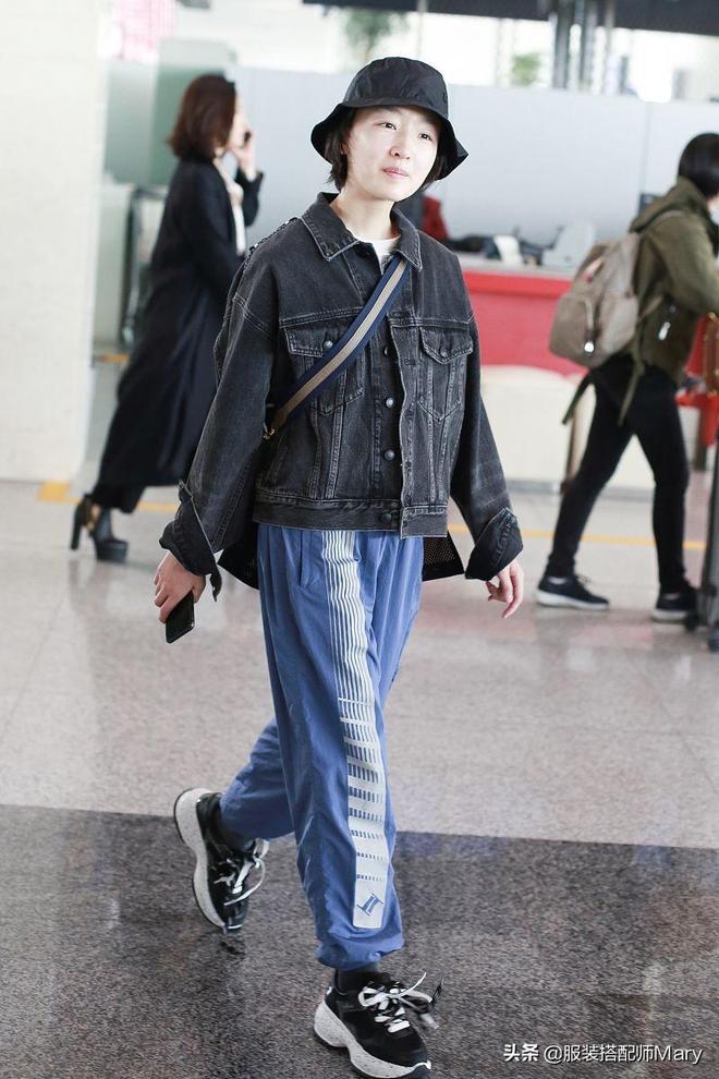 周冬雨休閒風穿搭現身機場,素顏出鏡皮膚白皙透亮