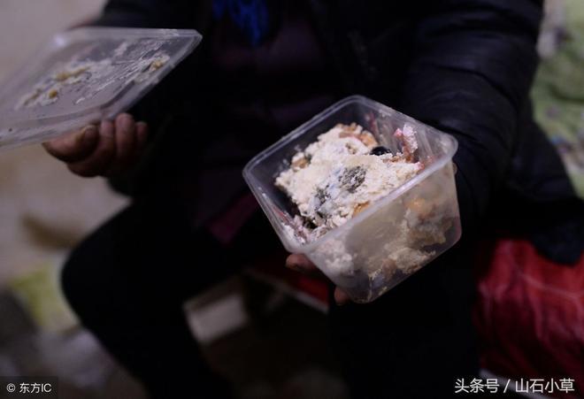 """""""井底人""""回家遭兒子打,圖清靜再回北京,在'新家'煮麵過春節"""