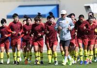 中國女足加緊備戰,公開訓練結束後國際足聯為中國隊拍攝出場視頻