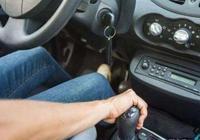 自動擋的汽車如何下坡?老司機:別再用D檔了,用這個檔位最好!