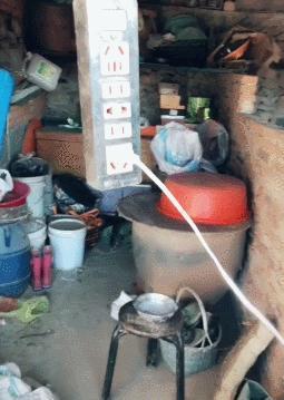 農村主人怕貓冬天太冷,直接貓窩裡面插電熱毯:再苦不能苦孩子