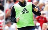 英國足球明星小貝參加公益比賽,貝嫂手牽女兒小七現身助陣