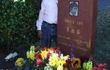 李小龍的大徒弟居然是日本人!終身為他守墓,今93歲依然每週一次