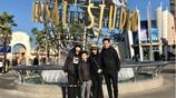 王中磊一家去旅遊老婆嫩如水,王文也大長腿搶鏡,威廉弟弟長高了