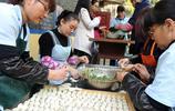 200餘名志願者包20000多個餃子 讓千餘名老人吃上免費餃子