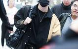 張藝興黑色look皮膚白到發光,口罩遮面略顯低調