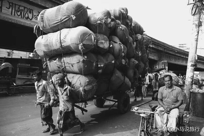 實拍孟加拉首都街頭的神技能,人們頭頂重物,當地獨特的人文風景